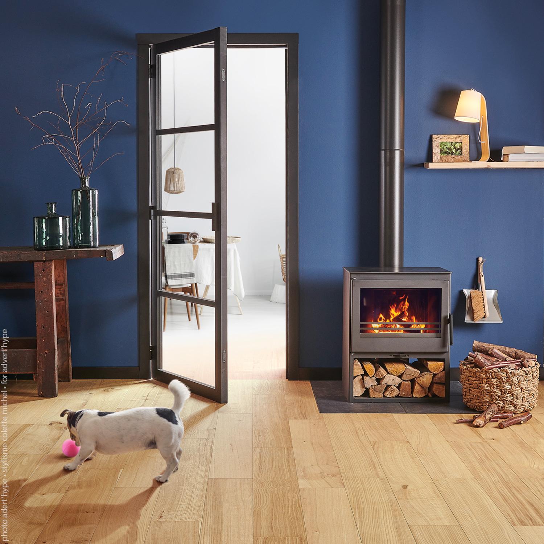 photo intérieur porte, poêle, mur bleu – stylisme déco